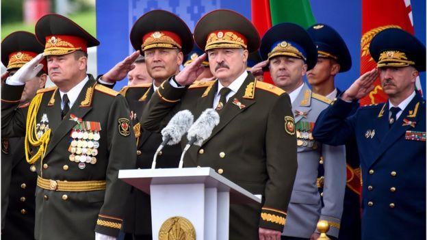 Лукашенко принимает парад ко Дню независимости Беларуси