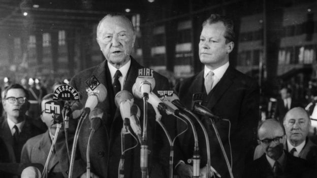 Konrad Adenauer discursa perante microfones da imprensa