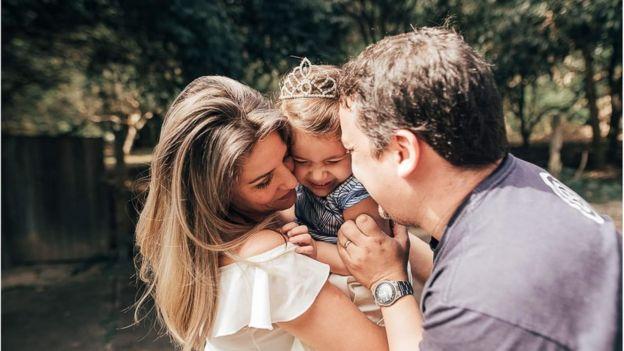 Simone junto com a filha e o marido