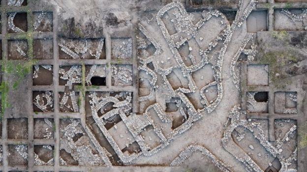 قالت السلطات الإسرائيلية إن التخطيط الرائع وتنوع المرافق والأبنية العامة يشير إلى مجتمع منظم بإحكام