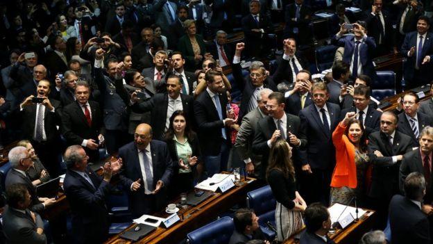 Deputados no pelnário após a aprovação do impeachment de Dilma Rousseff, em 2006