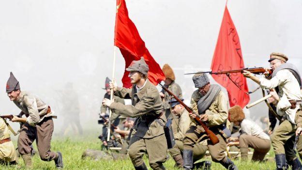 Dựng lại cảnh Hồng quân mang cờ búa liền tấn công vào Ba Lan năm 1920