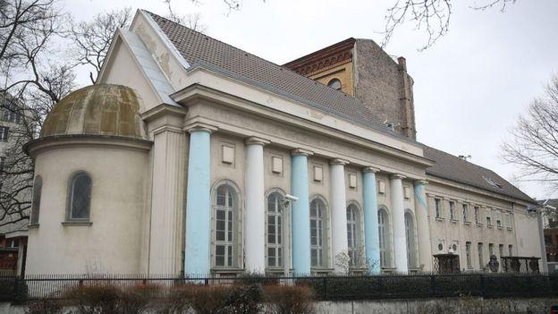 El edificio adjunto de la antigua sinagoga Fraenkelufer que todavía sobrevive, contiene una pequeña sinagoga que sirve a la comunidad judía local