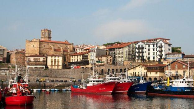 Una escena de botes en Getaria
