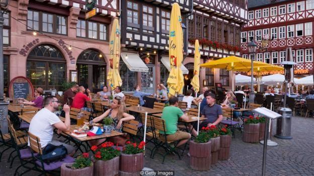 Ở Frankfurt, ta dễ dàng xả hơi sau giờ làm việc.