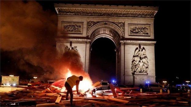 Баррикады были охвачены огнем до самого вечера