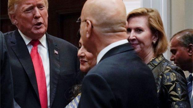 Donald Trump y Mira Ricardel junsto a otras personas en un acto oficial