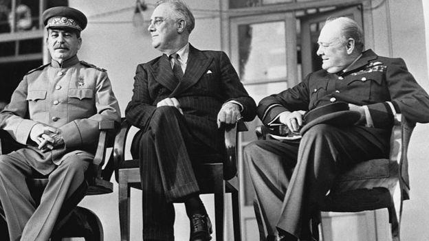 از راست نخست وزیر بریتانیا، رئیس جمهور آمریکا و رهبر شوروی در ایوان سفارت شوروی در تهران