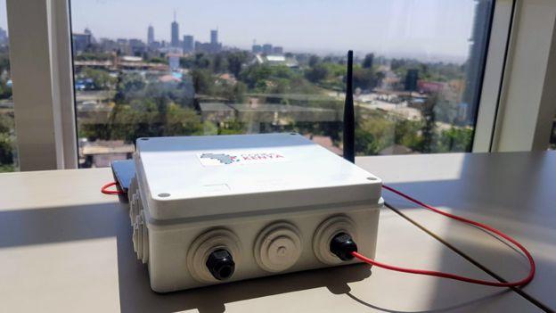 Montior de sensors.AFRICA en una ventana con el paisaje de la ciudad de fondo