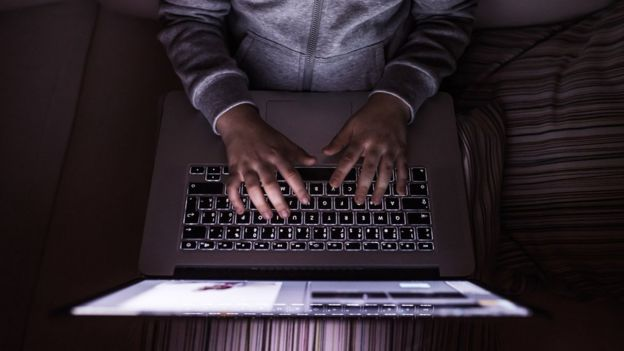 manos de niño sobre laptop