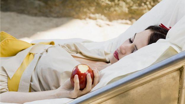 Branca de Neve com maçã