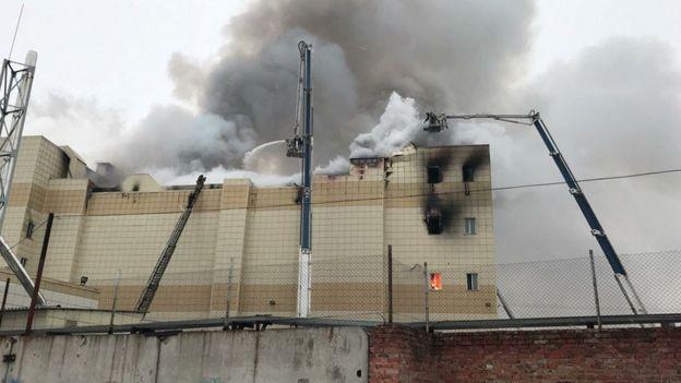 Bomberos trabajan para apagar el incendio en el centro comercial de Kemerovo, Rusia.