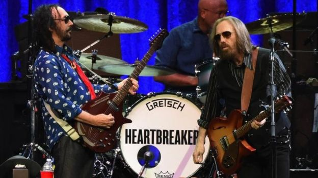 Tom Petty (derecha) y The Heartbreakers.