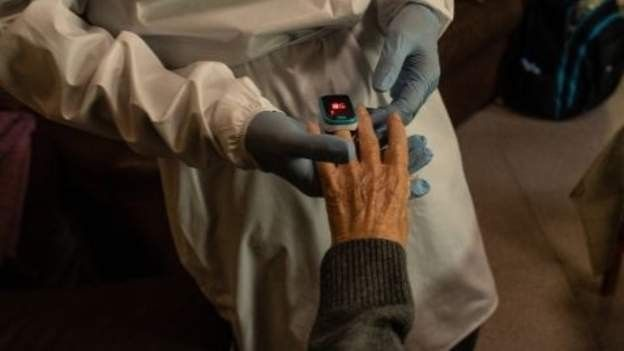 يد امرأة تخضع لاختبار طبي