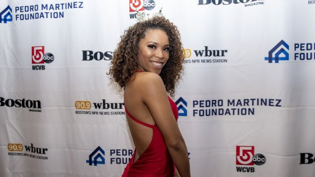 Gabriela Taveras with her natural curly hair and a crown