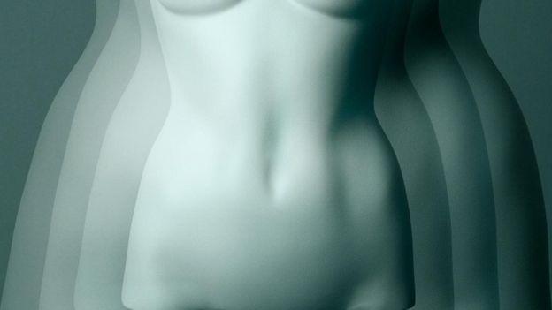 قد يؤدي الإيستروجين، ومنه النوع الداخل في حبوب منع الحمل، إلى احتفاظ الجسم بالسوائل