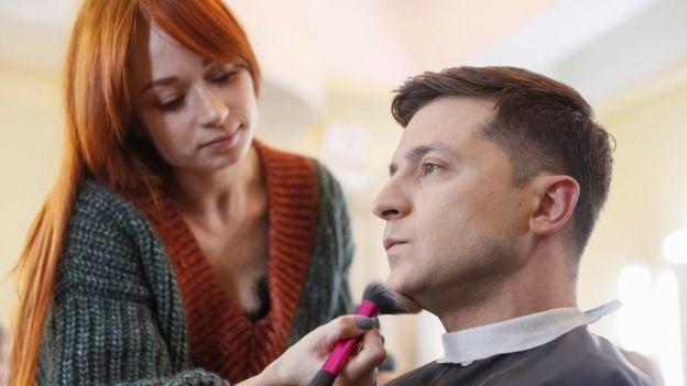Volodymyr Zelenskiy sendo maquiado