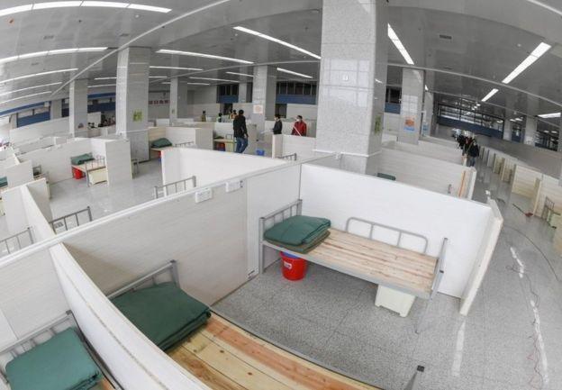目前武汉已全面启用12家方舱医院,方舱医院计划床位逾两万张。当局正加紧修建新一批方舱医院。