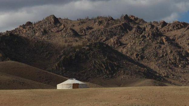 Una edificación solitaria en un paraje desierto de Mongolia