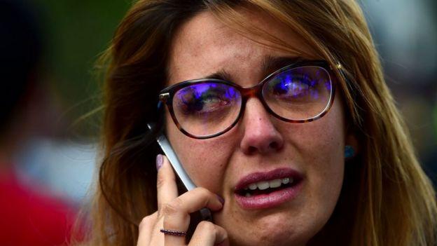 Mujer en México hablando por teléfono tras el terremoto.