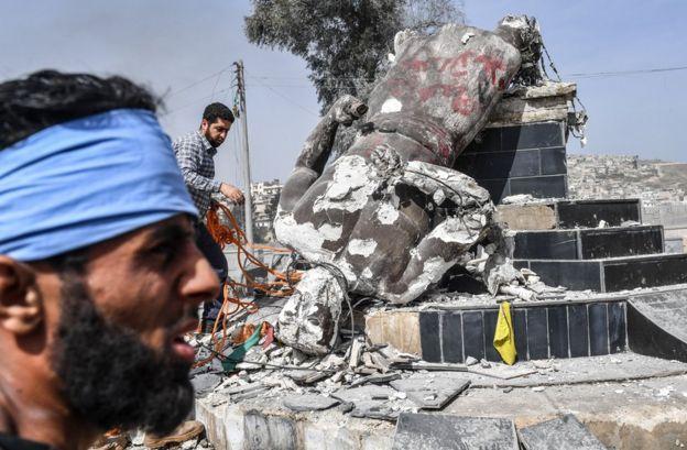 Afrin merkezinde Demirci Kawa heykelininin yıkılışı