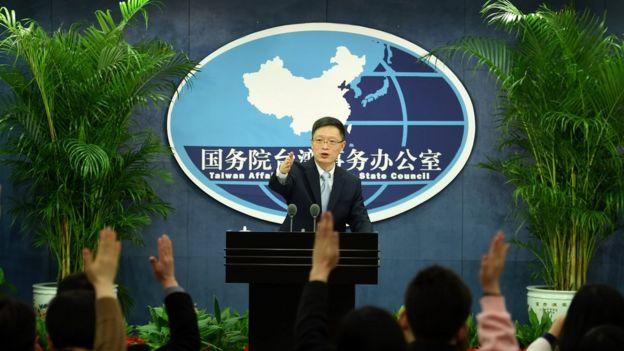 在例行记者会上的中国国务院台办发言人安峰山。