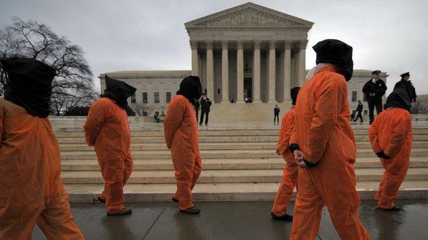 Los grupos defensores de derechos humanos han realizado innumerables protestas solicitando infructuosamente el cierre de Guantánamo.