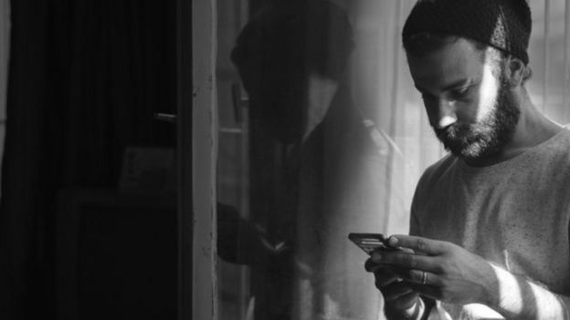 Homem usando celular
