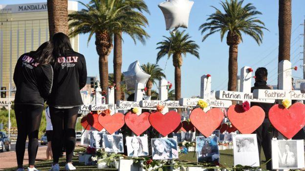 Cruces en homenaje a las víctimas del tiroteo colectivo de Las Vegas, Nevada, ocurrido el 1 de octubre de 2017