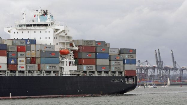 Barco mercante en un puerto de Reino Unido.