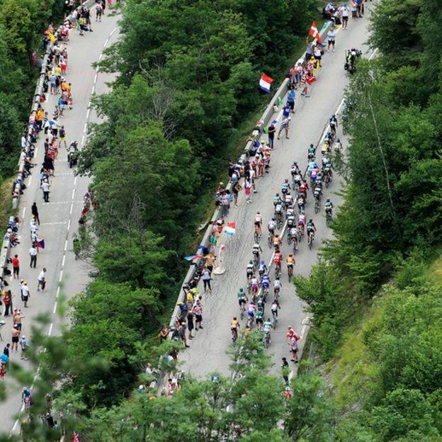 El mito del Alpe D'Huez atrae tanto a los ciclistas profesionales como a ciento de miles de aficionados, muchos de los cuales intentan subirlo.