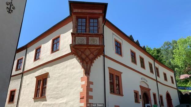 Bảo tàng Nhà Đúc Tiền Hoàng Gia của thị trấn Jáchymov là nơi những tổ tiên đầu tiên của đồng đô la được tạo ra cách đây 500 năm.
