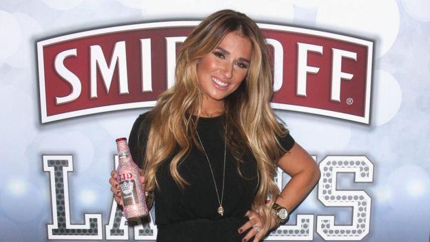 Modelo muestra una botella de Smirnoff Ice