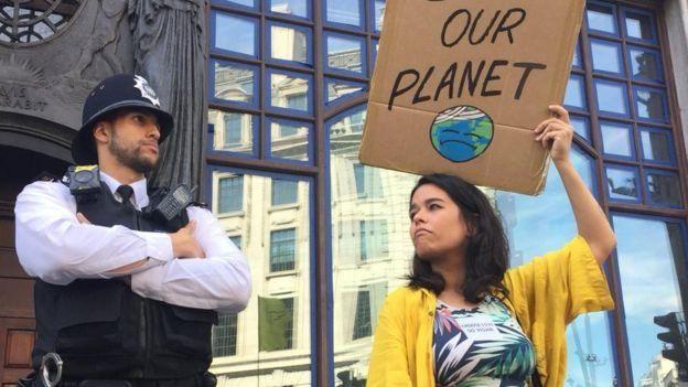 Manifestantes se reuniram em frente a embaixada brasileira em Londres