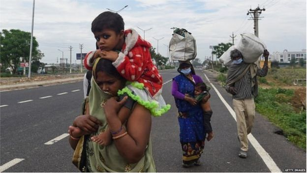 लॉकडाउन में अपने घर की ओर जाते प्रवासी मज़दूर