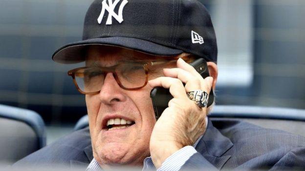 Qareenka gaarka ah ee Trump, Rudy Giuliani oo la sawiray isagoo taleefan ku hadlaya