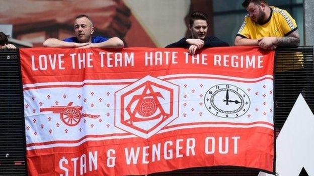 Mashabiki wa Arsenal wameandamana dhidi ya Mmiliki wa klabu hiyo Kroenke na mkufunzi Arsene Wenger