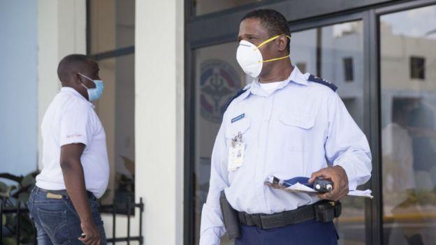 Personal hospitalario en Santo Domingo, República Dominicana, usando mascarillas.