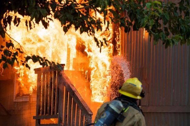 Un incendio desatado tras el terremoto de 7,1 en Ridgecrest, California.