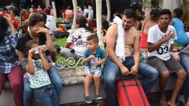 Los migrantes descansan en Tapachula.