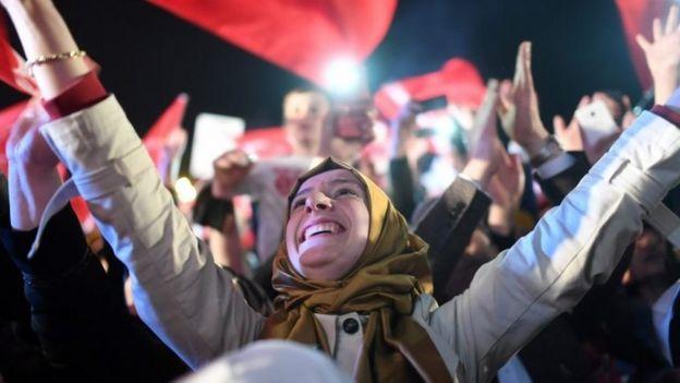 Simpatizantes del gobierno de turco celebran