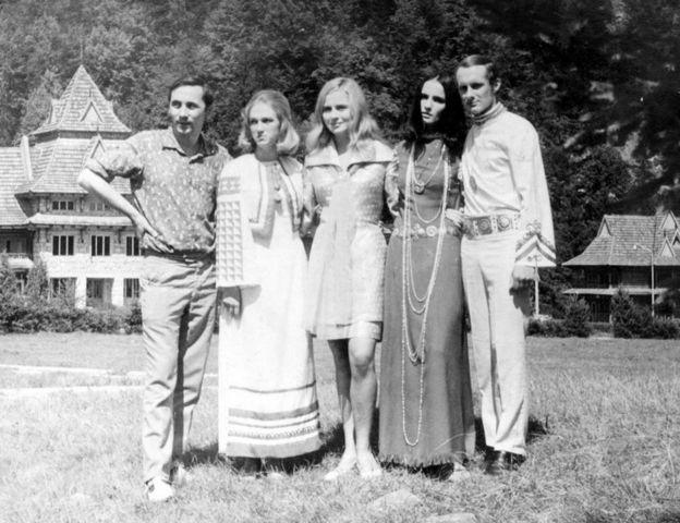 """ВІА """"Смерічка"""" та Софія Ротару (друга справа) на зйомках фільму """"Червона рута"""". 1971 рік"""