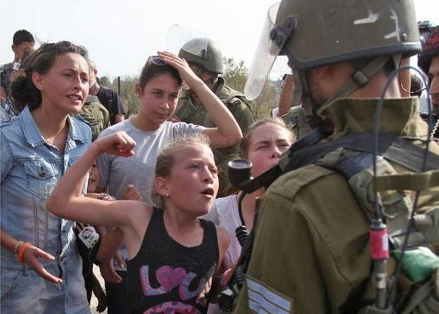 Ahed Tamimi haciendo como si fuera a dar un puñetazo a un soldado israelí (02/11/12)