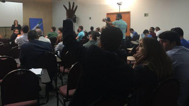 Bolsista do RenovaBR levanta a mão para fazer pergunta em aula