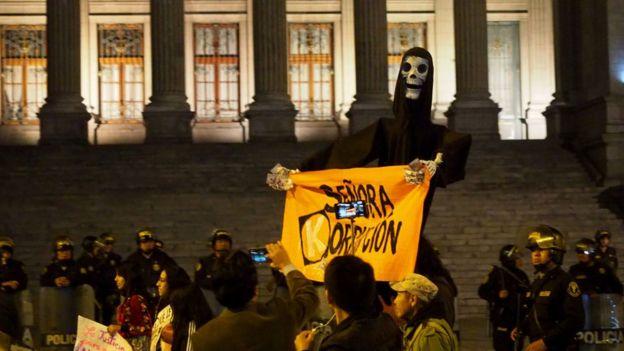 Protesta frente al Poder Judicial en Lima.