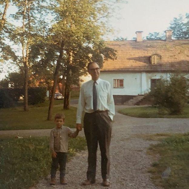 Sten Gustaf Thulin con su hijo Raoul cuando éste era un niño