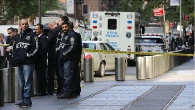 Xe của đội dỡ bom mìn xuất hiện bên ngoài tòa nhà Time Warner ở thành phố New York