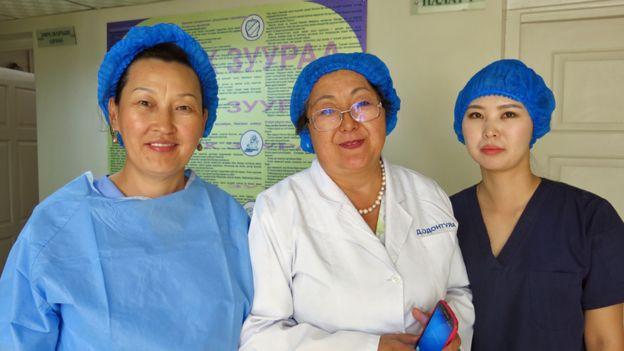 Odontuya Davaasuren (centro) con dos de sus enfermeras de la unidad de cuidados paliativos.