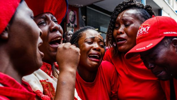 Des militants du MDC pleurent leur leader décédé en Afrique du Sud.