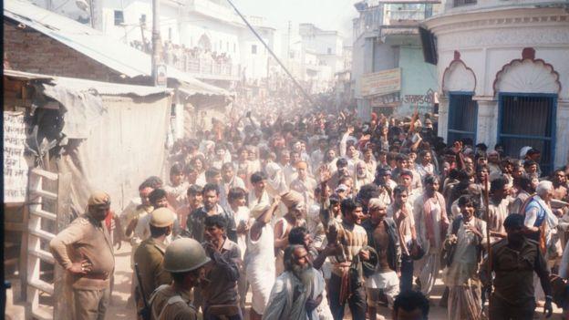 বাবরি মসজিদ ভাঙার পর সারা ভারত জুড়ে সাম্প্রদায়িক দাঙ্গায় ২ হাজার লোক নিহত হয়